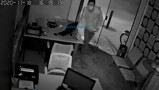 Vídeo: Câmeras flagram ladrão arrombando e roubando autoescola