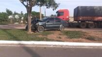 Jovem morre em colisão de carro em árvore
