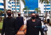 """Servidores protestam no CPA e levam caixão com a """"saúde morta"""""""