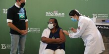 Enfermeira é a primeira vacinada contra Coronavírus no país e já ajudou a salvar vidas