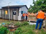 Cheia: Família pede ajuda para deixar casa, mas desiste com chegada da Defesa Civil