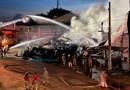 Bombeiros controlam incêndio em revenda de pneus após 4h30 de intenso trabalho; destruição foi total