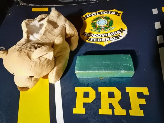 PRF e PM prendem dois com urso de pelúcia recheado de cocaína