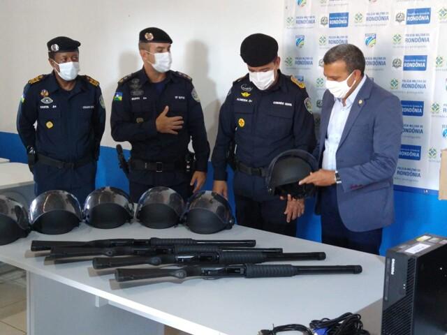 Deputado Alex Silva entrega armamentos, equipamentos de proteção e aparelhos de informática à PM