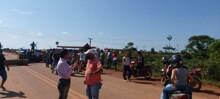 Manifestantes mantém bloqueio na BR-364 e só permitem passagem de ambulâncias e viaturas