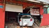 Homem com sinais de embriaguez perde controle de carro e destrói ponto comercial