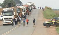 BR-364 segue parcialmente fechada no segundo dia de protestos no trevo para Cujubim
