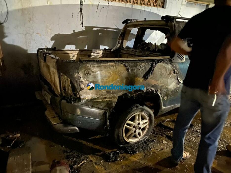 Strada é destruída por incêndio em garagem de residência