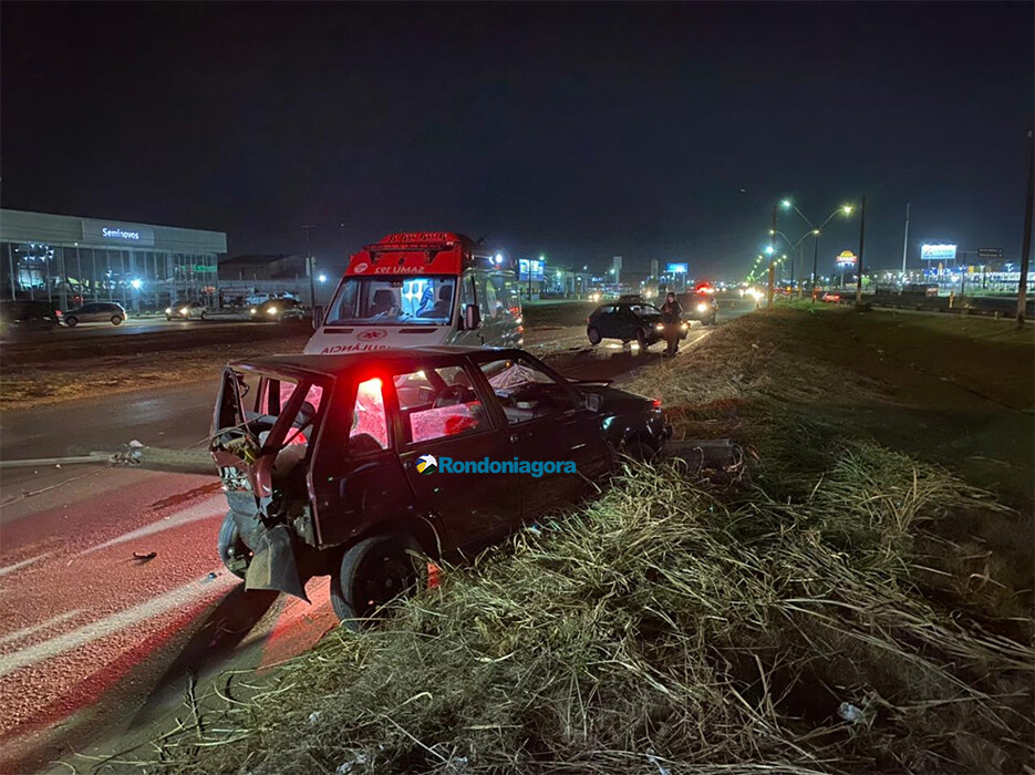 Poste é derrubado e casal socorrido após grave acidente na BR-364