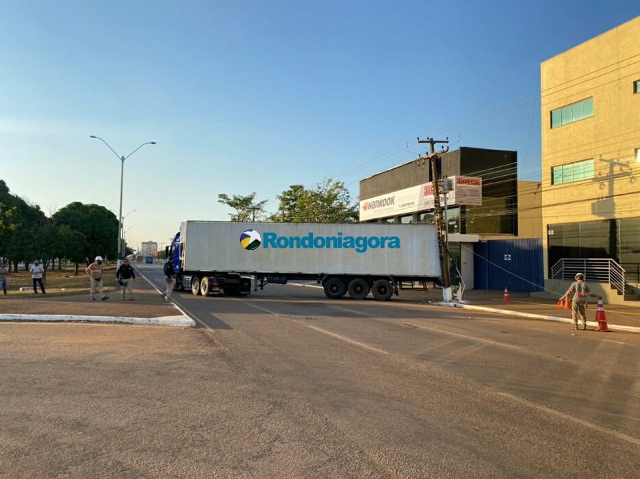 Motorista de carreta destrói postes em trecho urbano da BR-319, em Porto Velho