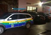 Homem é preso suspeito de jogar arma embaixo de carro