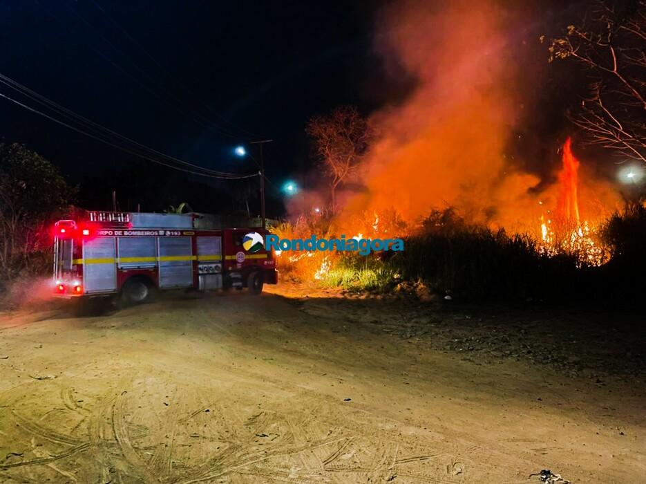 Bombeiros apagam incêndio em matagal no Bairro Triângulo