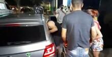 Homem é socorrido por populares após ser baleado em casa