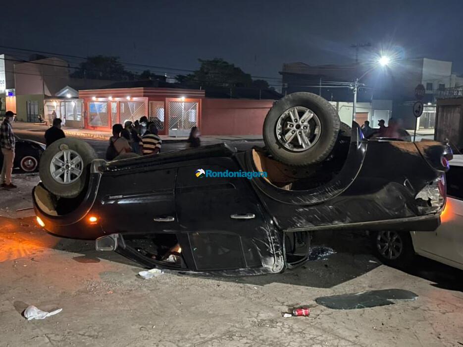 Caminhonete capota após ser atingida por outro veículo em cruzamento