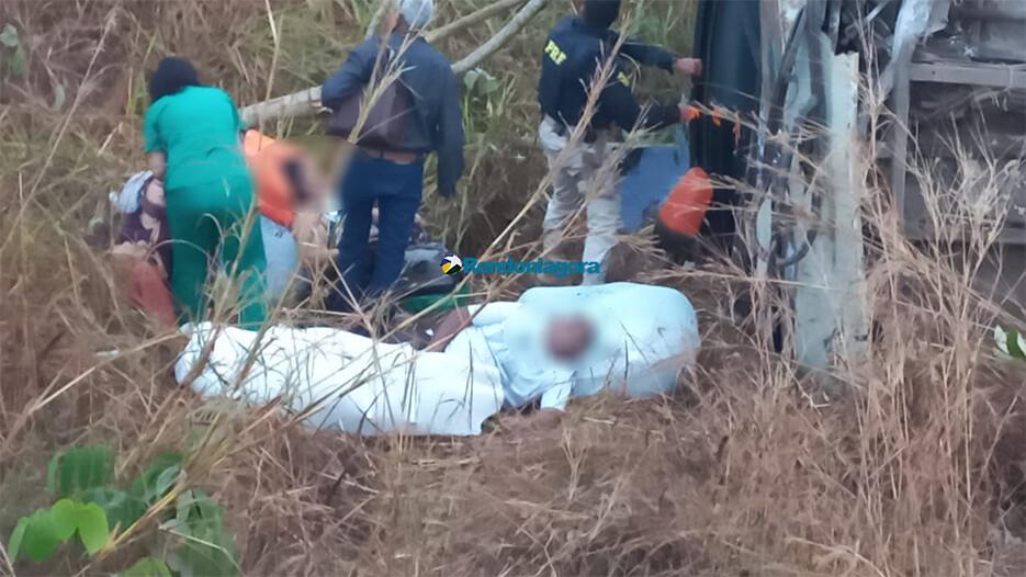 Vídeo mostra ônibus que capotou na BR-364 e socorro a feridos