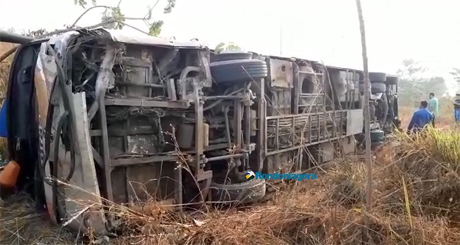 Vídeo: Pneu do ônibus da Trans Brasil estourou, diz motorista sobre capotamento