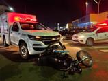 Motociclista fica ferido em colisão contra viatura