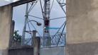 Vídeo: Jovem desce de torre de telefonia após mobilizar grande estrutura do Corpo de Bombeiros