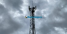 Homem sobe em torre de telefonia e Bombeiros tentam resgate